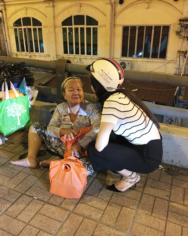 Hoa hậu Kỳ Duyên đi xe máy phát quà Tết cho người vô gia cư - Ảnh 5.
