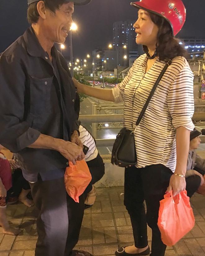 Hoa hậu Kỳ Duyên đi xe máy phát quà Tết cho người vô gia cư - Ảnh 4.