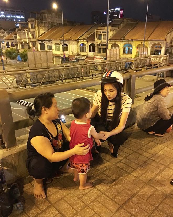 Hoa hậu Kỳ Duyên đi xe máy phát quà Tết cho người vô gia cư - Ảnh 2.
