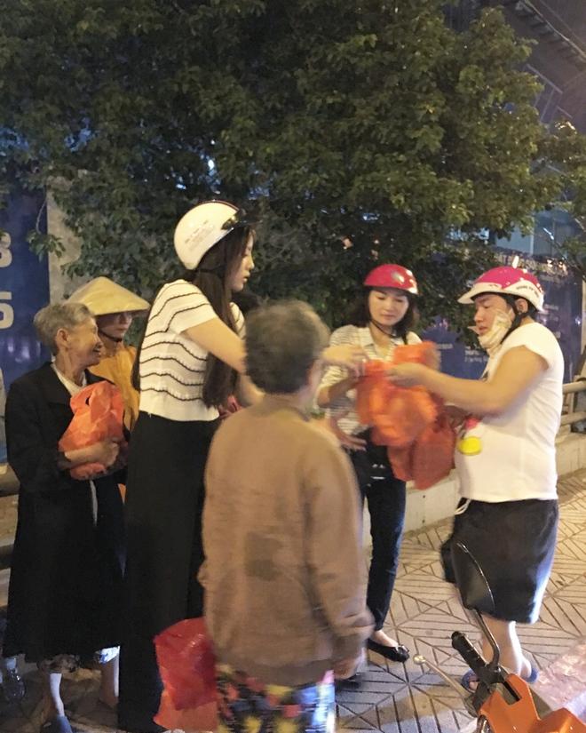 Hoa hậu Kỳ Duyên đi xe máy phát quà Tết cho người vô gia cư - Ảnh 1.