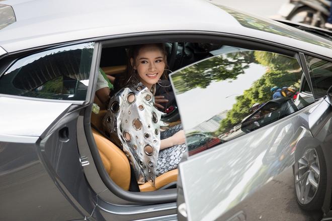 Hot girl đình đám Hà thành gây chú ý khi ngồi xe 15 tỷ đến sự kiện - Ảnh 2.