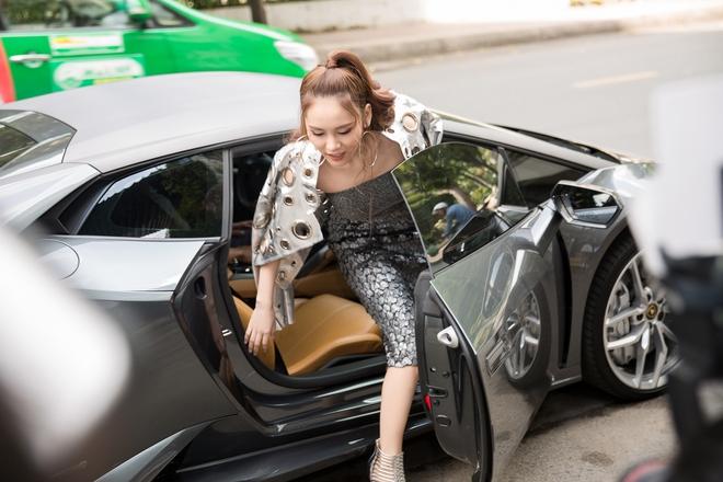 Hot girl đình đám Hà thành gây chú ý khi ngồi xe 15 tỷ đến sự kiện - Ảnh 3.