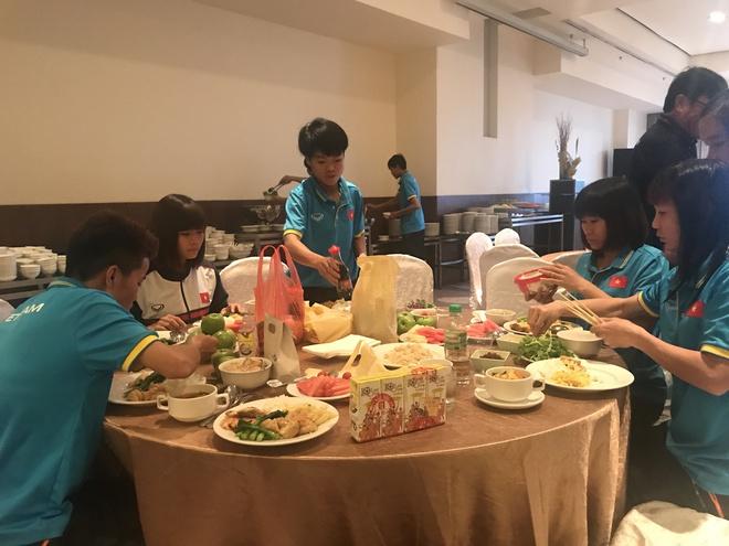 Cận cảnh bữa ăn đáng mừng của ĐT nữ Việt Nam tại SEA Games 29 - Ảnh 1.
