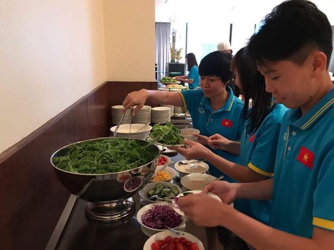 Cận cảnh bữa ăn đáng mừng của ĐT nữ Việt Nam tại SEA Games 29 - Ảnh 4.