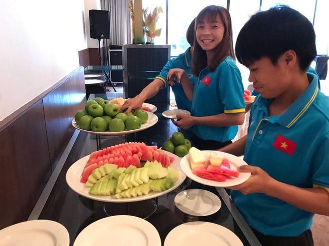 Cận cảnh bữa ăn đáng mừng của ĐT nữ Việt Nam tại SEA Games 29 - Ảnh 5.