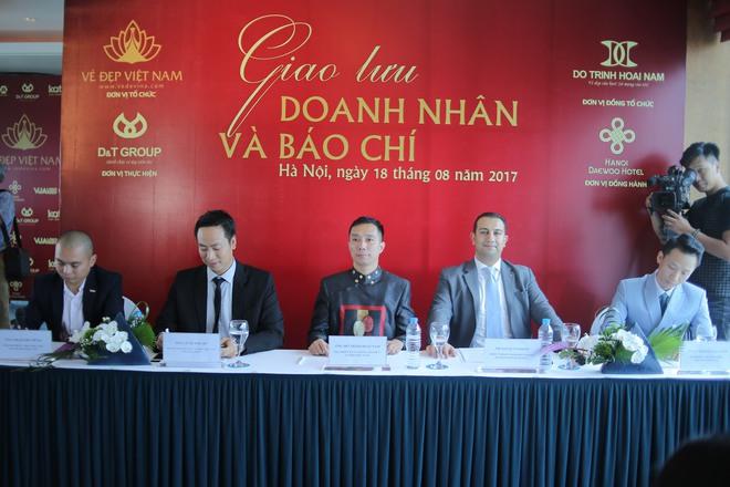 Hoa hậu Ngọc Hân mặc áo dài dát vàng 9999 - Ảnh 1.
