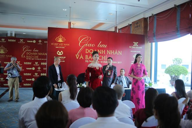 Hoa hậu Ngọc Hân mặc áo dài dát vàng 9999 - Ảnh 4.
