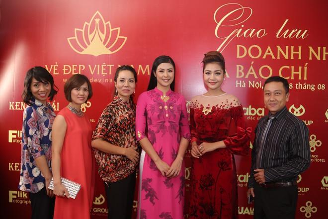 Hoa hậu Ngọc Hân mặc áo dài dát vàng 9999 - Ảnh 7.