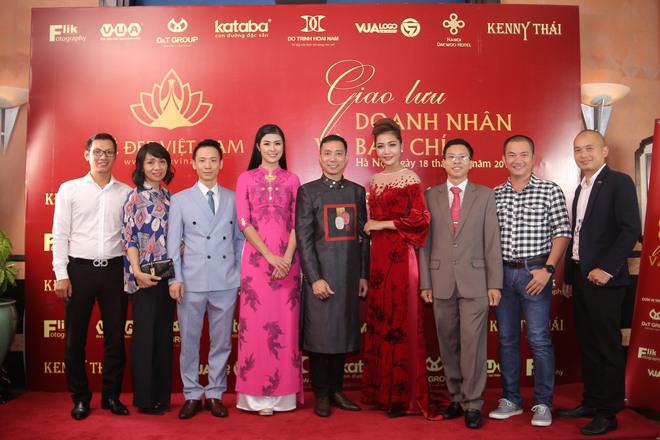 Hoa hậu Ngọc Hân mặc áo dài dát vàng 9999 - Ảnh 8.