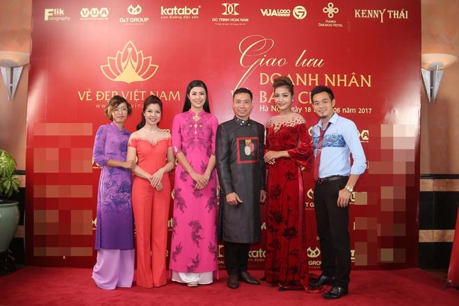 Hoa hậu Ngọc Hân mặc áo dài dát vàng 9999 - Ảnh 9.