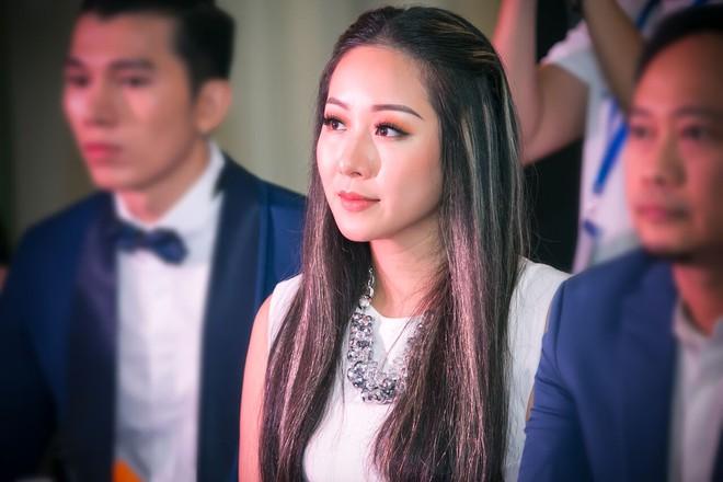 Vẻ ngoài khác lạ của Hoa hậu Ngô Phương Lan khi làm giám khảo cùng ông bầu Phúc Nguyễn - Ảnh 4.
