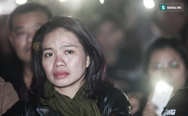 Vợ Trần Lập khóc khi quá nhiều kỷ vật của chồng xuất hiện trên sân khấu