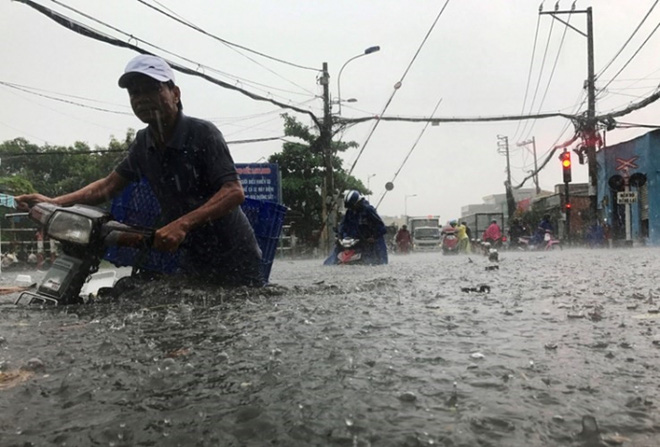 Hàng loạt chuyến bay tại Tân Sơn Nhất bị ảnh hưởng do mưa lớn bất thường - Ảnh 2.