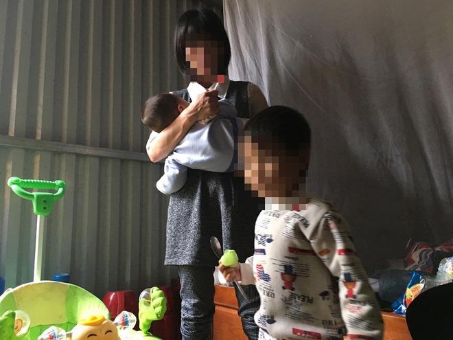 Người mẹ lý giải việc để con gái 3 tuổi không mặc quần áo đứng giữa trời mưa rét - Ảnh 2.