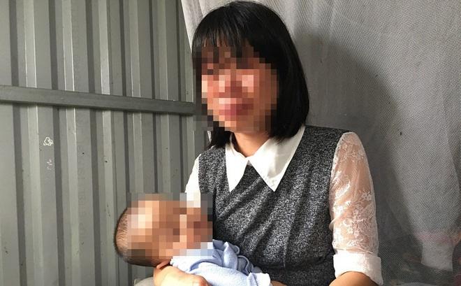 Người mẹ lý giải việc để con gái 3 tuổi không mặc quần áo đứng giữa trời mưa rét