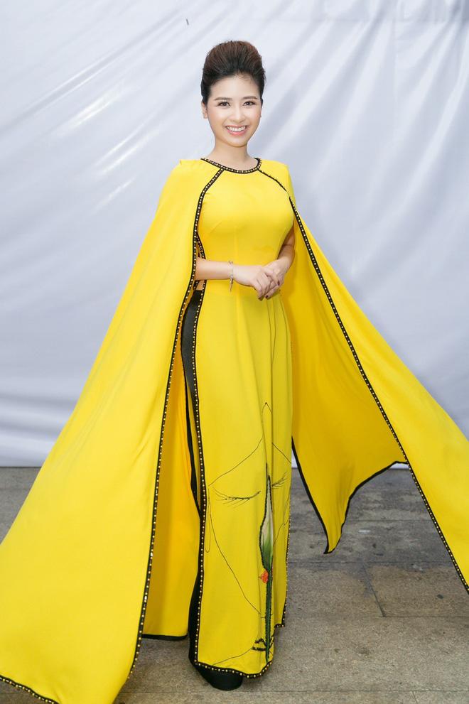 Dương Hoàng Yến - Hà Anh diện áo dài đôi, tiết lộ sẽ làm đám cưới vào năm 2019 - Ảnh 1.