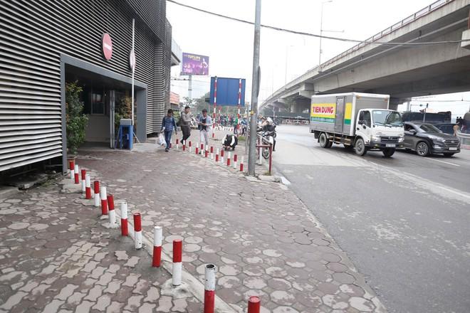Cận cảnh barie ngăn dòng xe máy tràn lên vỉa hè ở một số tuyến phố Hà Nội - Ảnh 1.