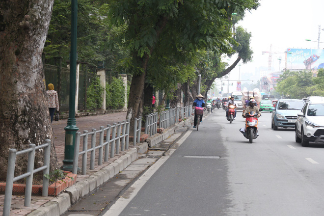 Cận cảnh barie ngăn dòng xe máy tràn lên vỉa hè ở một số tuyến phố Hà Nội - Ảnh 10.
