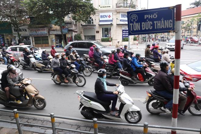 Cận cảnh barie ngăn dòng xe máy tràn lên vỉa hè ở một số tuyến phố Hà Nội - Ảnh 3.