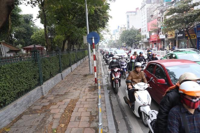 Cận cảnh barie ngăn dòng xe máy tràn lên vỉa hè ở một số tuyến phố Hà Nội - Ảnh 12.