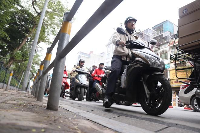 Cận cảnh barie ngăn dòng xe máy tràn lên vỉa hè ở một số tuyến phố Hà Nội - Ảnh 9.