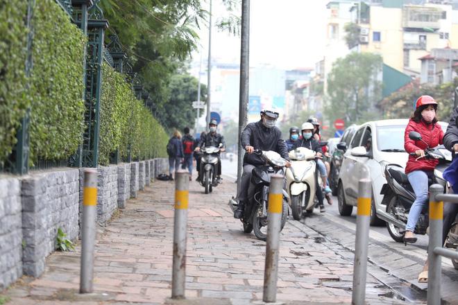 Cận cảnh barie ngăn dòng xe máy tràn lên vỉa hè ở một số tuyến phố Hà Nội - Ảnh 8.