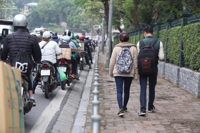 Cận cảnh barie ngăn dòng xe máy tràn lên vỉa hè ở một số tuyến phố Hà Nội - Ảnh 11.
