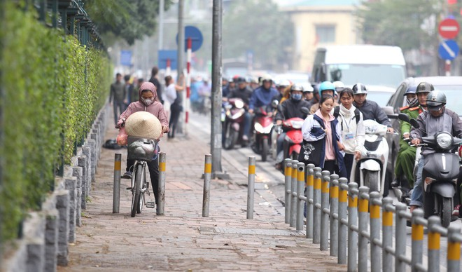 Cận cảnh barie ngăn dòng xe máy tràn lên vỉa hè ở một số tuyến phố Hà Nội - Ảnh 6.