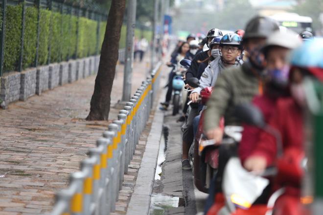 Cận cảnh barie ngăn dòng xe máy tràn lên vỉa hè ở một số tuyến phố Hà Nội - Ảnh 7.