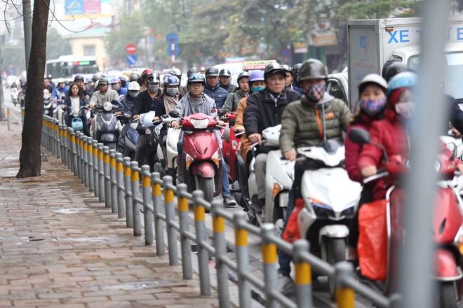 Cận cảnh barie ngăn dòng xe máy tràn lên vỉa hè ở một số tuyến phố Hà Nội - Ảnh 4.