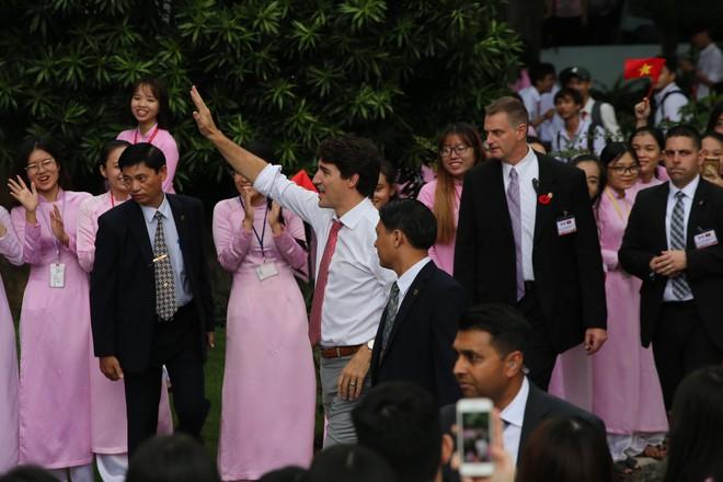 Nữ nhân viên quán cà phê Sài Gòn kể về ấn tượng khi bưng đồ uống cho Thủ tướng Canada - Ảnh 4.