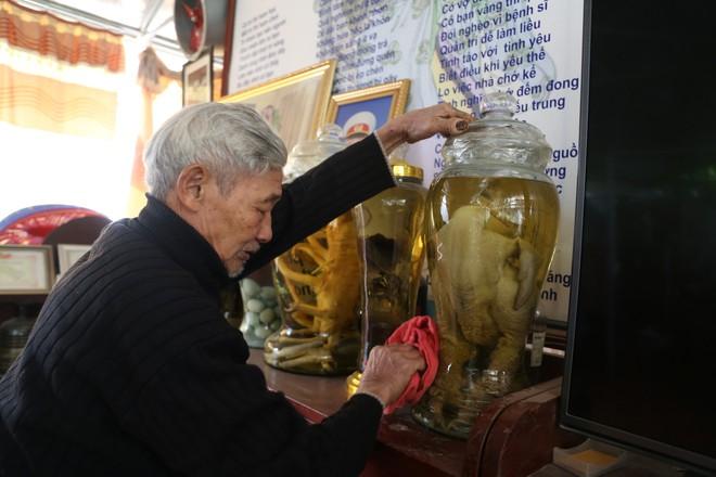 Lão nông ngâm rượu gà Đông Tảo, khách trả 150 triệu nhưng ông nhất quyết không bán - Ảnh 4.