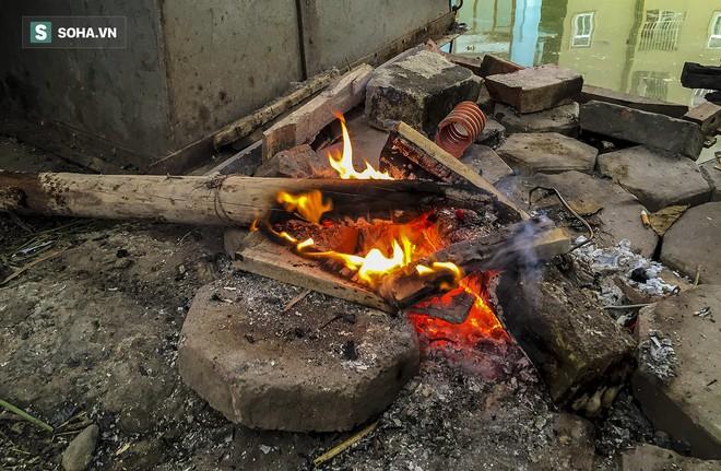 Hà Nội la liệt đốm lửa nhỏ trong đêm đông giá rét - Ảnh 10.