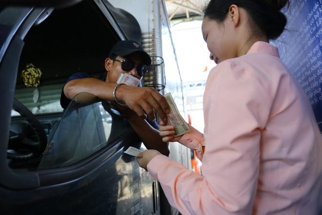 Cẩu xe của tài xế dùng tiền lẻ qua BOT Cai Lậy vì không chịu ra trạm riêng để trả tiền vé - Ảnh 4.