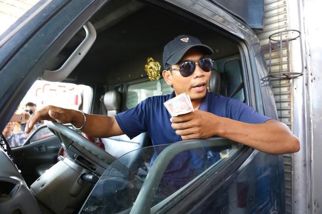 Cẩu xe của tài xế dùng tiền lẻ qua BOT Cai Lậy vì không chịu ra trạm riêng để trả tiền vé - Ảnh 9.