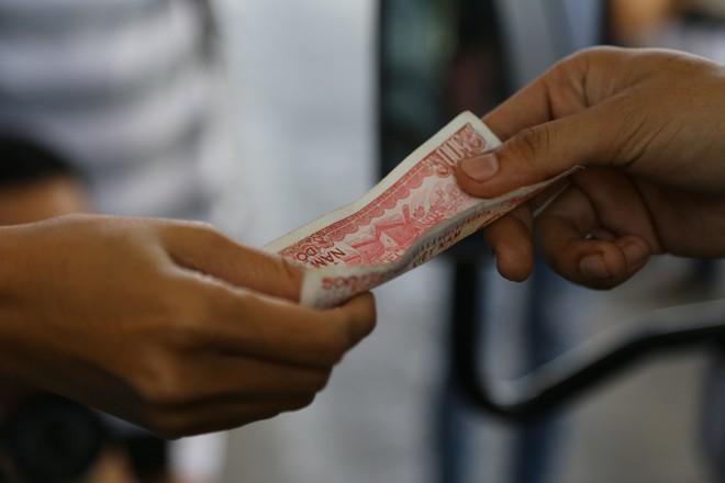 Cẩu xe của tài xế dùng tiền lẻ qua BOT Cai Lậy vì không chịu ra trạm riêng để trả tiền vé - Ảnh 6.