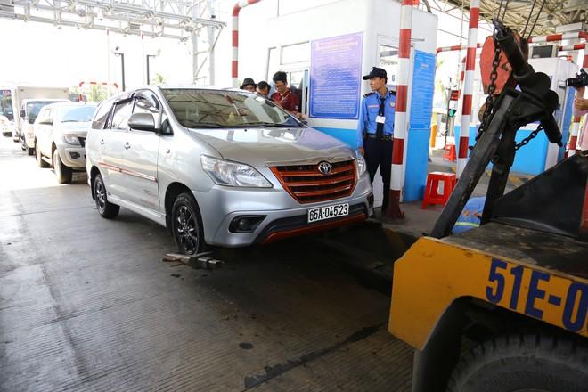 Cẩu xe của tài xế dùng tiền lẻ qua BOT Cai Lậy vì không chịu ra trạm riêng để trả tiền vé - Ảnh 10.