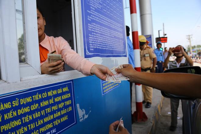 Cẩu xe của tài xế dùng tiền lẻ qua BOT Cai Lậy vì không chịu ra trạm riêng để trả tiền vé - Ảnh 5.