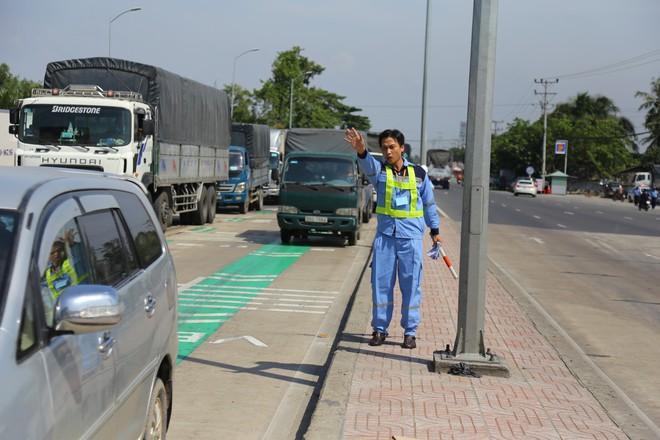 Cẩu xe của tài xế dùng tiền lẻ qua BOT Cai Lậy vì không chịu ra trạm riêng để trả tiền vé - Ảnh 2.