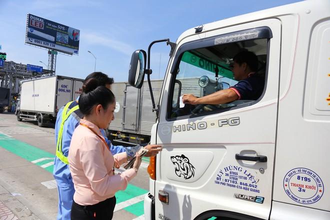 Cẩu xe của tài xế dùng tiền lẻ qua BOT Cai Lậy vì không chịu ra trạm riêng để trả tiền vé - Ảnh 8.