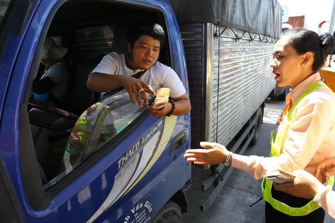 Cẩu xe của tài xế dùng tiền lẻ qua BOT Cai Lậy vì không chịu ra trạm riêng để trả tiền vé - Ảnh 7.