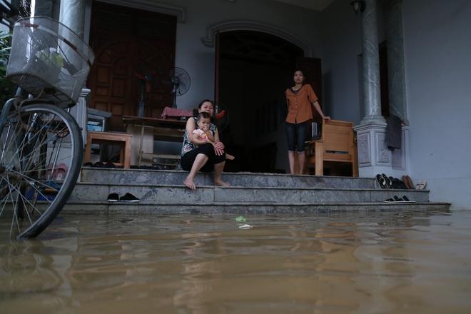 Chùm ảnh: Cuộc sống trên giường, dưới nước của dân vùng lũ ở Hà Nội - Ảnh 4.