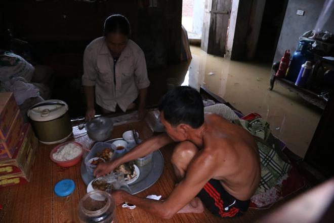 Chùm ảnh: Cuộc sống trên giường, dưới nước của dân vùng lũ ở Hà Nội - Ảnh 3.