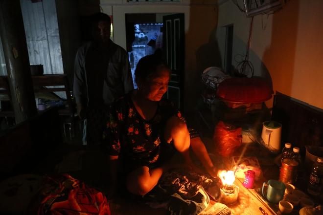 Chùm ảnh: Cuộc sống trên giường, dưới nước của dân vùng lũ ở Hà Nội - Ảnh 8.