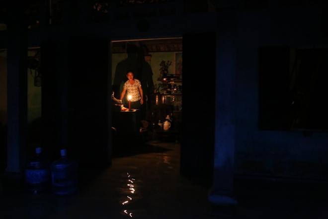 Chùm ảnh: Cuộc sống trên giường, dưới nước của dân vùng lũ ở Hà Nội - Ảnh 6.