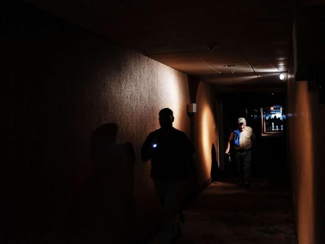 Bất chấp bão Irma, nhiều dân Florida lựa chọn cố thủ ở nhà, mặc mất điện, mất nước - Ảnh 2.