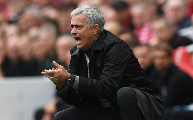 """Mourinho chỉ ra """"lỗ hổng chết người"""" của Man United, Klopp cay cú đổ lỗi cho trọng tài"""