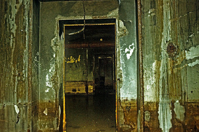 Thâm nhập hầm trú ẩn bí mật của Hitler sâu 30m dưới lòng đất: Đội thám hiểm bị ám ảnh - Ảnh 12.