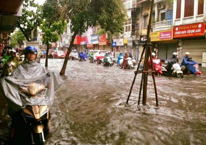 Dân Thủ đô chật vật vượt qua biển nước trong mưa lớn sáng nay - Ảnh 3.