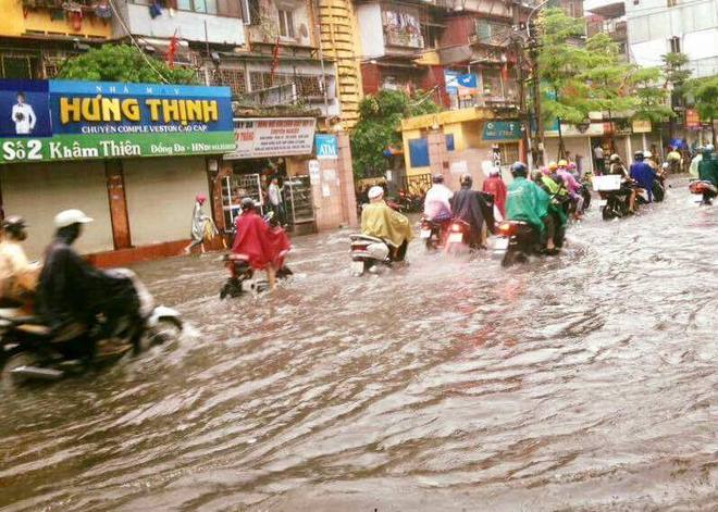 Dân Thủ đô chật vật vượt qua biển nước trong mưa lớn sáng nay - Ảnh 4.